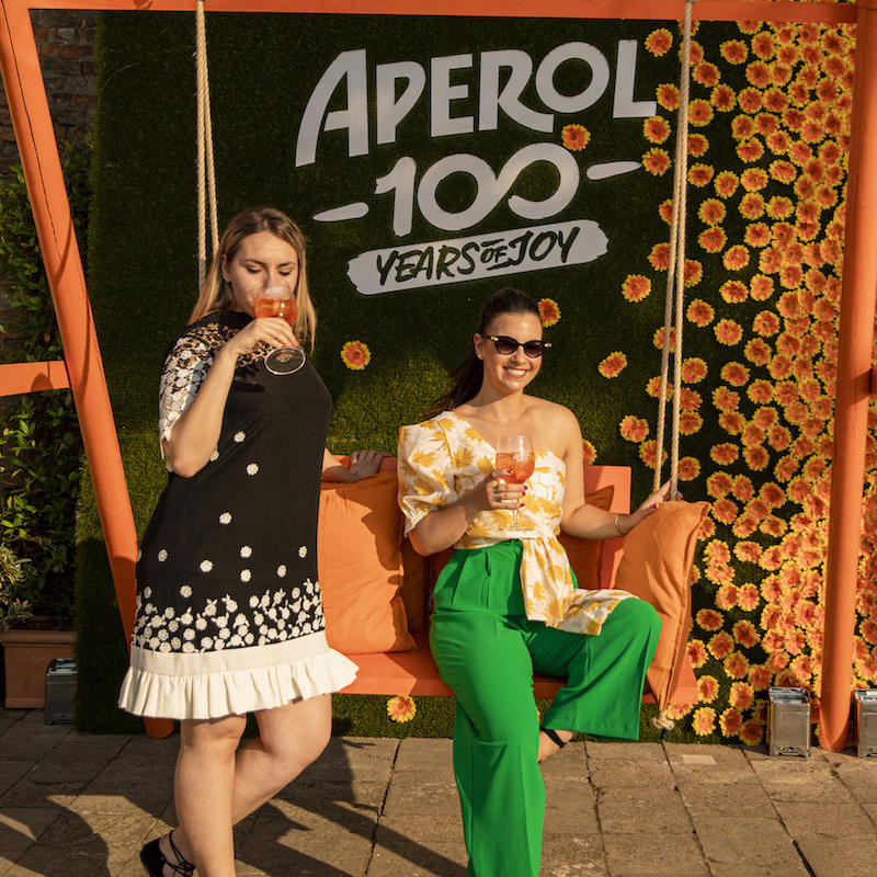 https://www.aperol.com/wp-content/uploads/2021/06/APEROL100_DAY2_EVENT_PEOPLE_9_3.jpeg